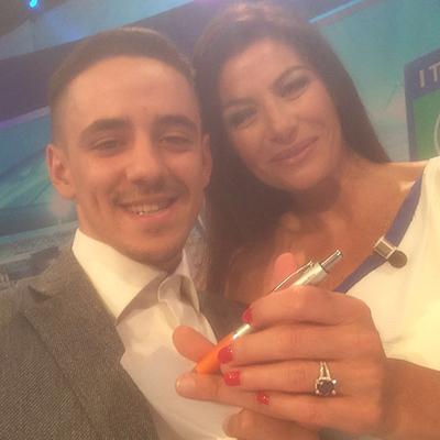 La Samma regala la biro arancio alla conduttrice Ilaria D'Amico
