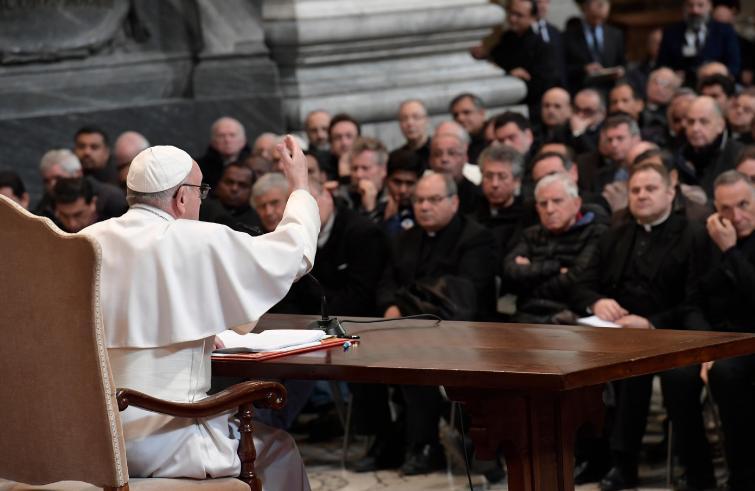 Papa Francesco: ai preti romani, fare come il giocatore di basket